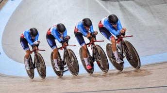 Quatre cyclistes à la queue-leu-leu en sprint par équipes
