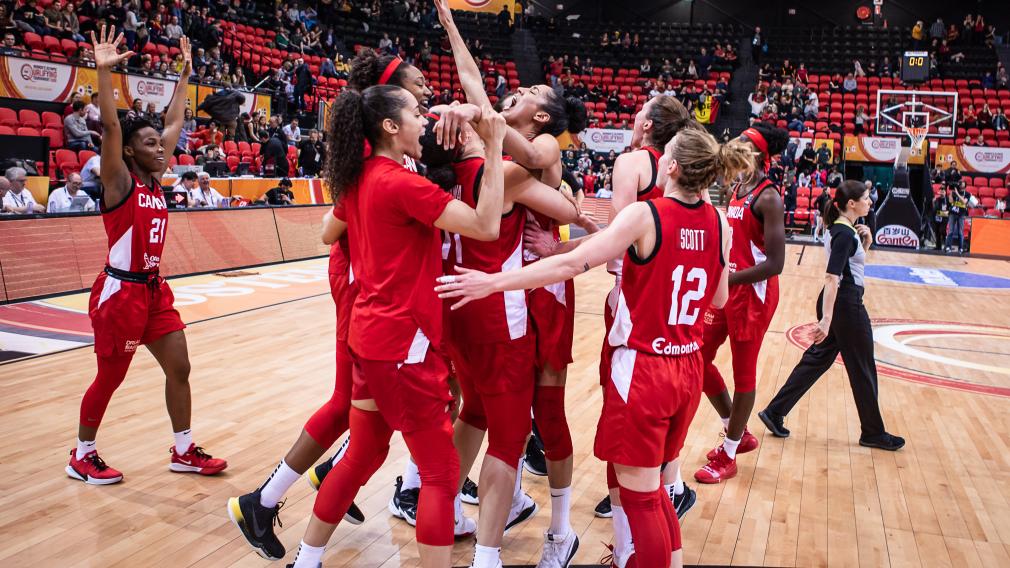 L'équipe canadienne de basketball féminin célèbre une victoire