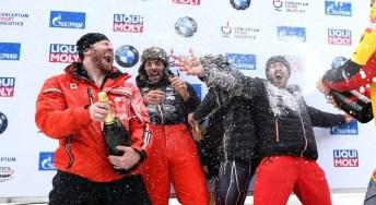 Léquipe canadienne de bob à quatre se fait asperger de champagne
