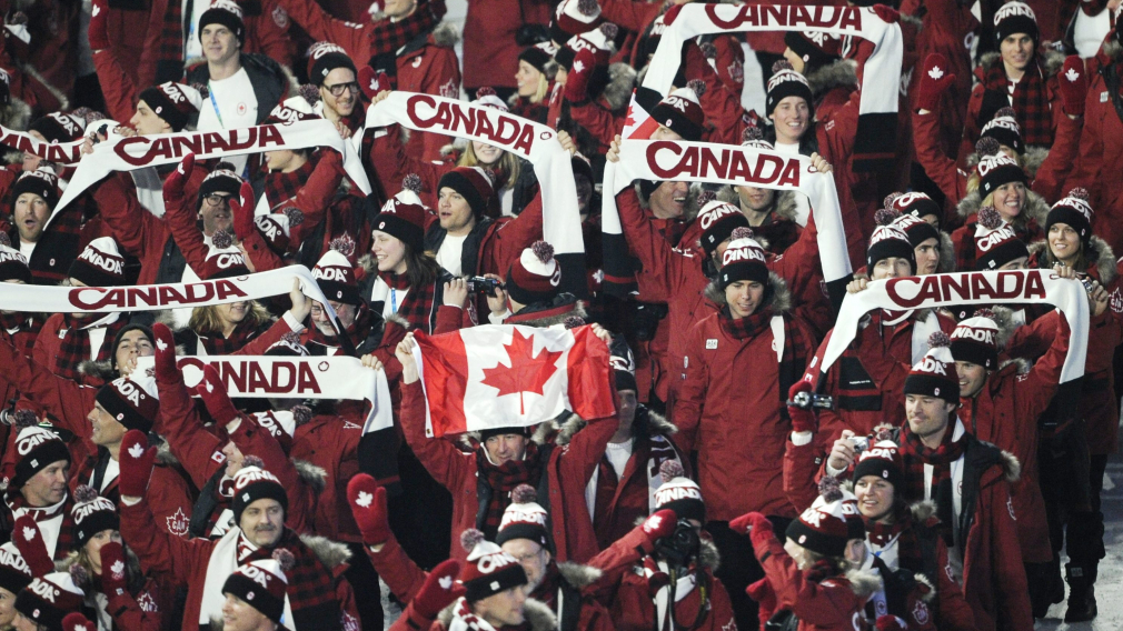 Les athlètes canadiens marchent dans le stade
