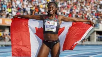 Crystal Emmanuel porte le drapeau canadien après une course.
