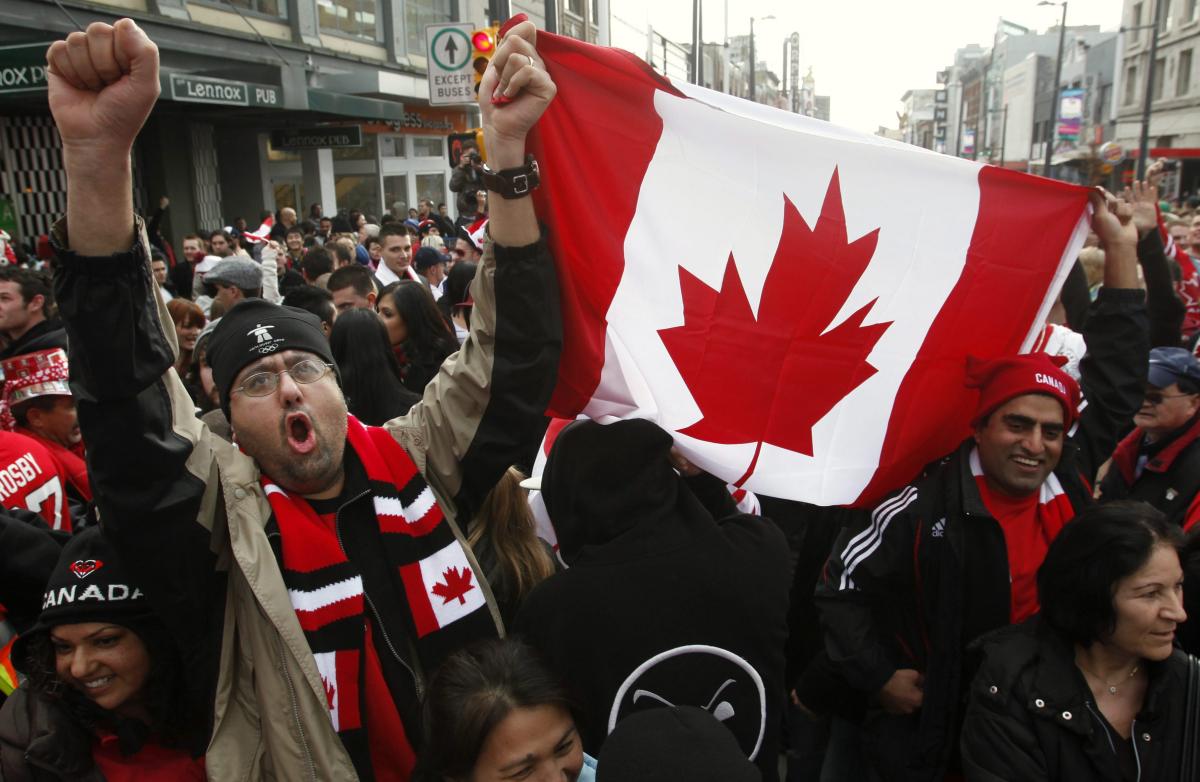 Deux fans canadiens montrent le drapeau canadien
