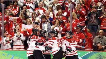 Des joueuses de hockey canadiennes célèbrent un but