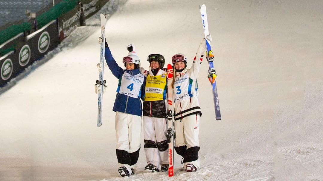 Des skieuses posent devant le parcours de bosses à Deer Valley