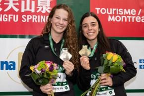 Des athlètes avec leurs médailles d'or