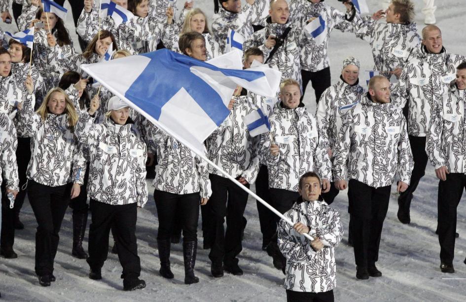 Le porte-drapeau de la Finlande et son équipe entrent dans le stade