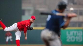 Un joueur de baseball canadien termine un lancer