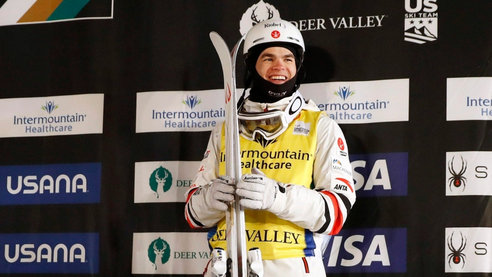 Mikaël Kingsbury souriant sur le podium.