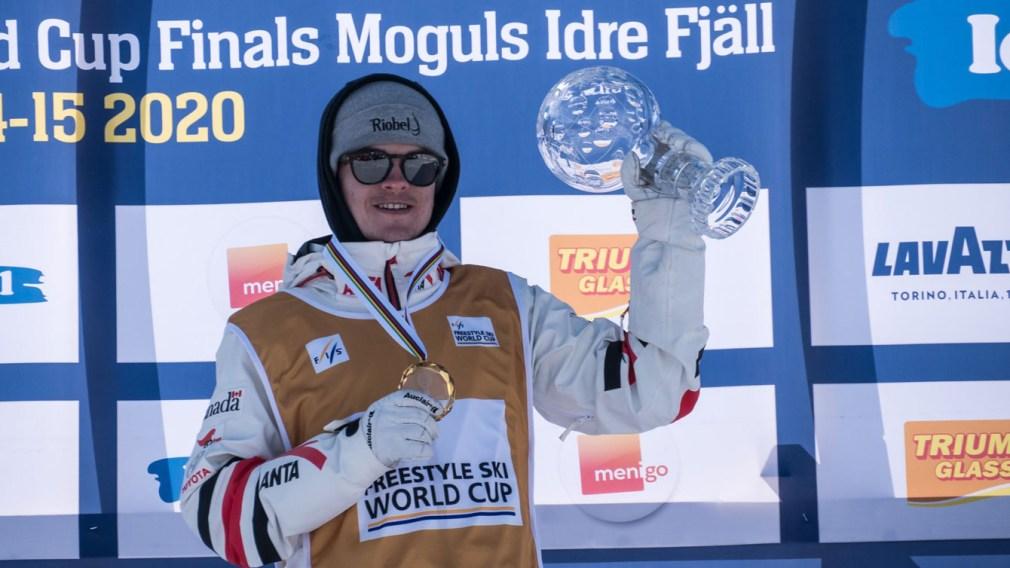 Un skieur tient un globe de cristal