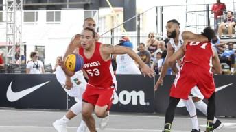 Un joueur de basket 3x3 en possession du ballon