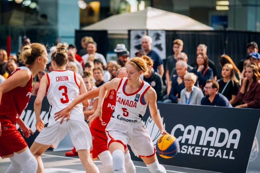 Une joueuse en possession du ballon tente d'éviter une adversaire