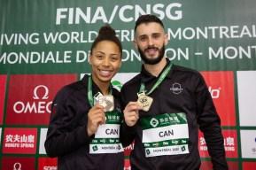 Jennifer Abel et François Imbeau-Dulac montrent leur médaille d'or