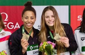 Jennifer Abel et Mélissa Citrini-Beaulieu montrent leur médaille d'or sur le podium