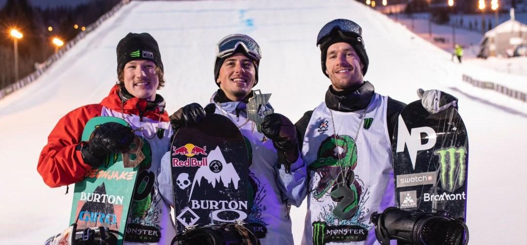Darcy Sharpe, Mark McMorris et Max Parrot montrent leurs médailles.
