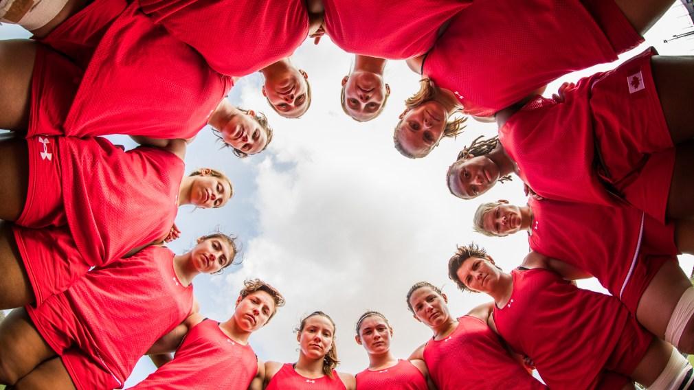Les membres de l'équipe canadienne de rugby à 7 féminin en cercle pour une photo.