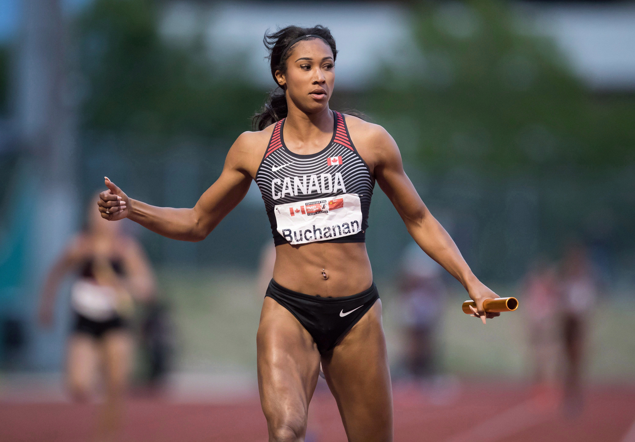 Leya Buchanan de Toronto regarde la piste après avoir couru et obtenu une 2e place derrière la Chine au relais 4 x 100 mètre du Harry Jerome International Track Classic, à Burnaby, C.-B. le 27 juin 2018.