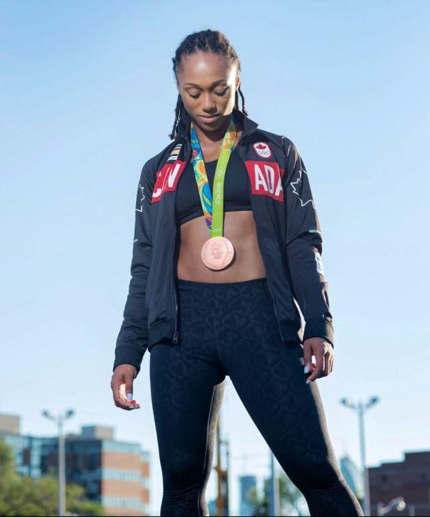 Charity Williams pose avec sa médaille de bronze