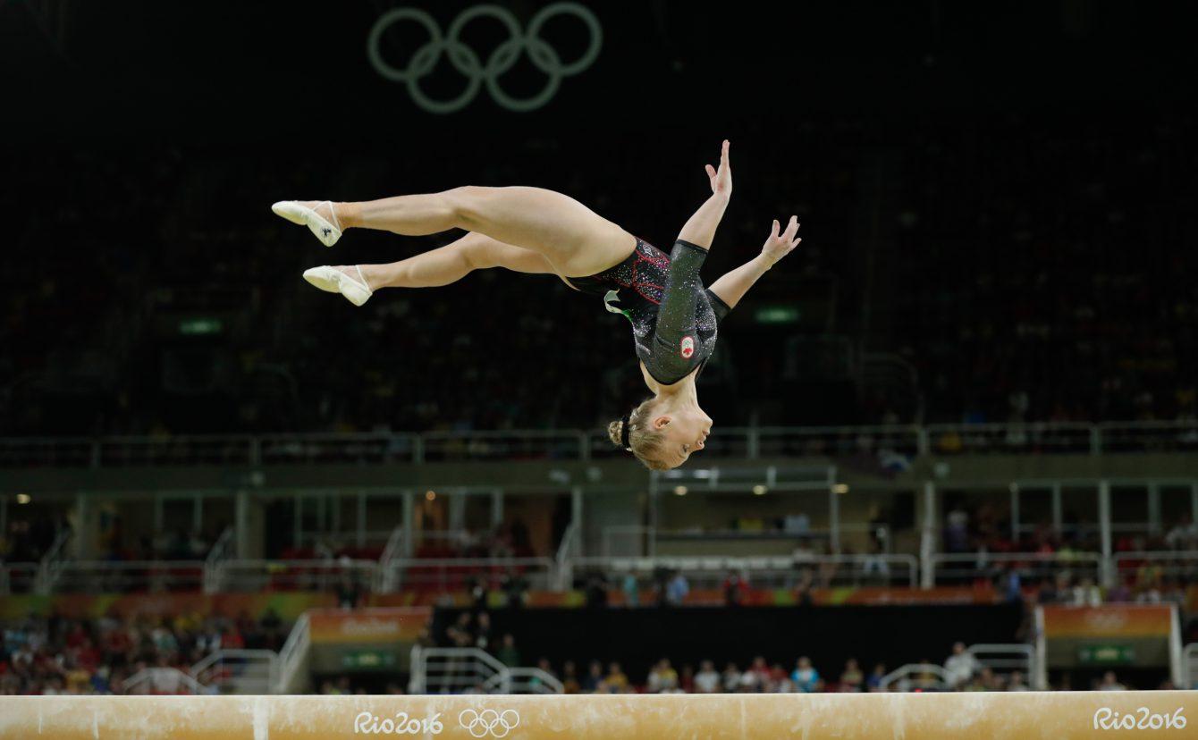 Ellie Black en pleine performance sur la poutre aux Jeux olympiques de Rio 2016.