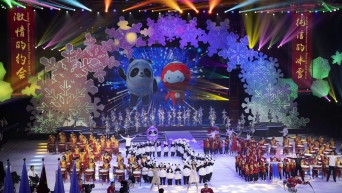 Deux mascottes géantes durant un spectacle sous le thème de Beijing 2022