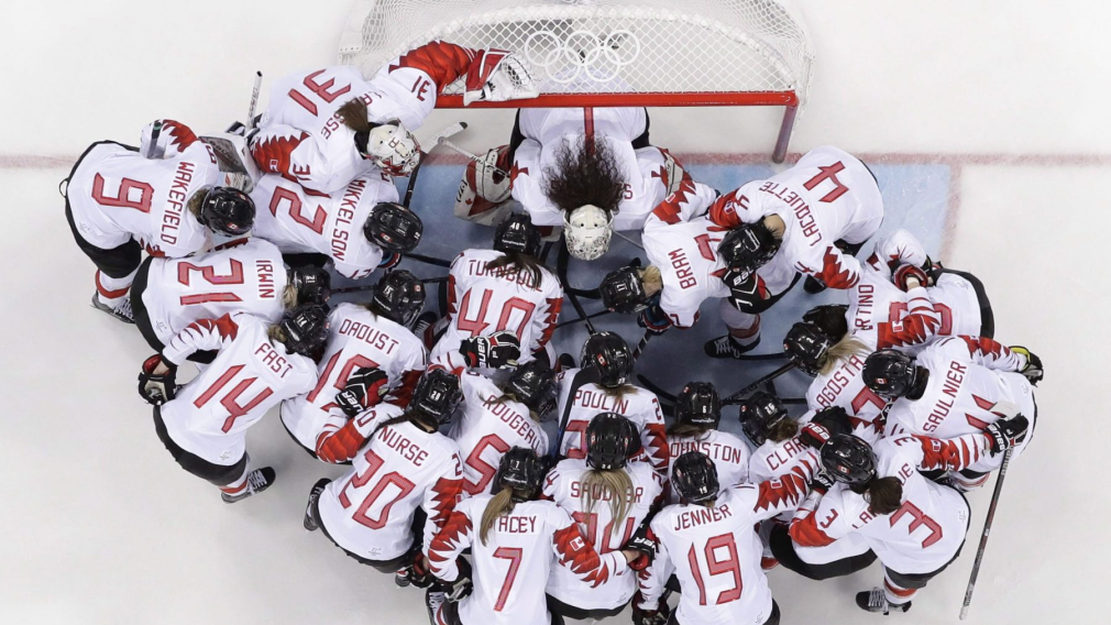 Des joueuses devant un but de hockey