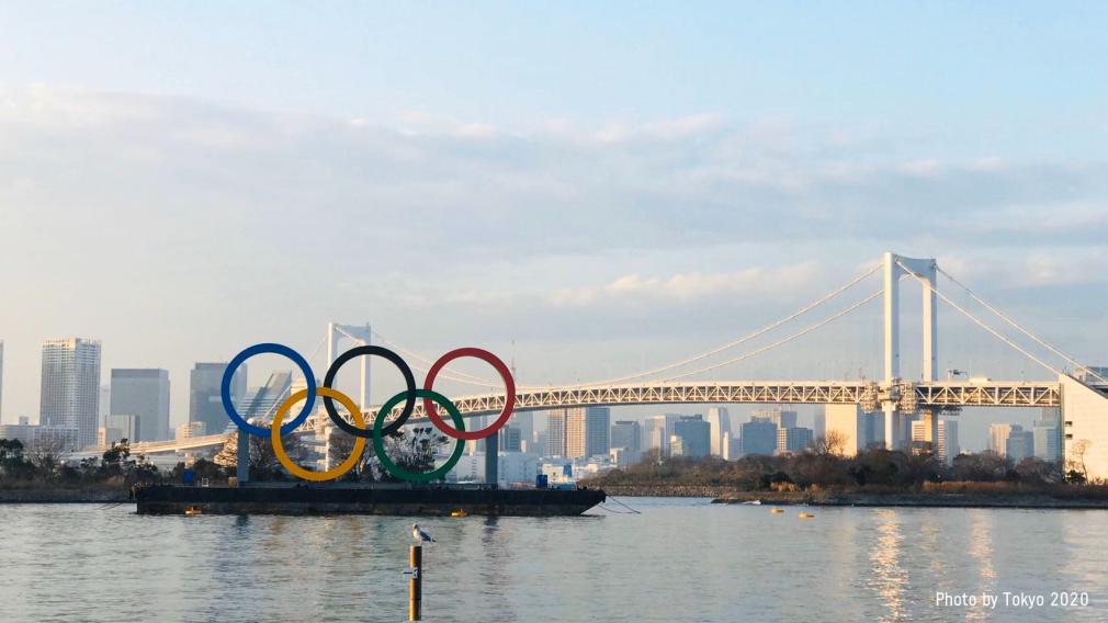 Panorama de la ville de Tokyo avec les anneaux olympiques en avant-plan