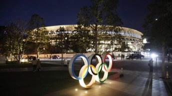 Les anneaux olympiques devant le stade olympique de Tokyo.