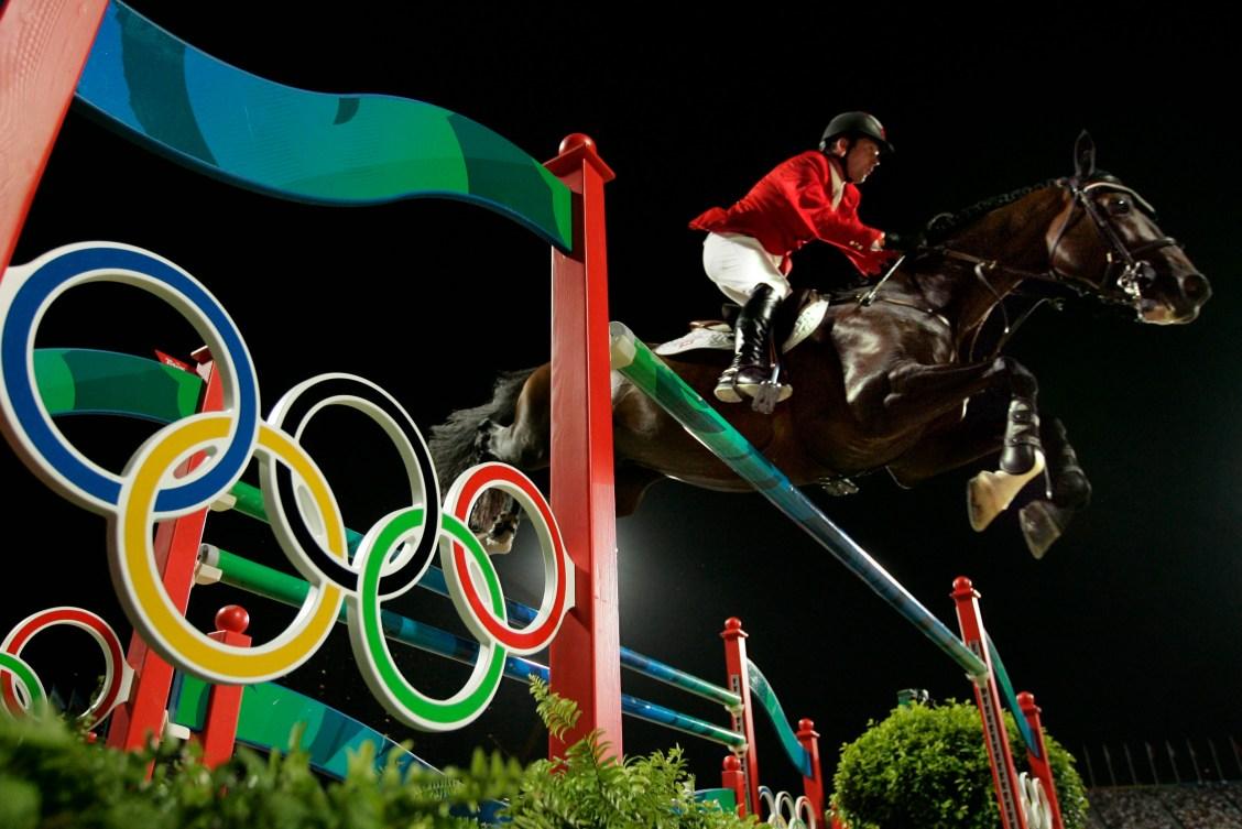 Un cavalier et son cheval sautent un obstacle à Beijing 2008