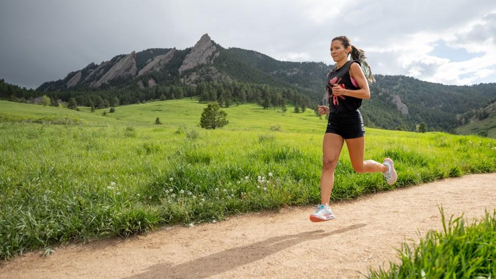 De tout et de rien : La marathonienne Marchant sur son retour, Elle Woods et les burgers