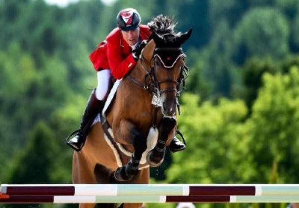 Ian Millar à cheval pendant un saut.
