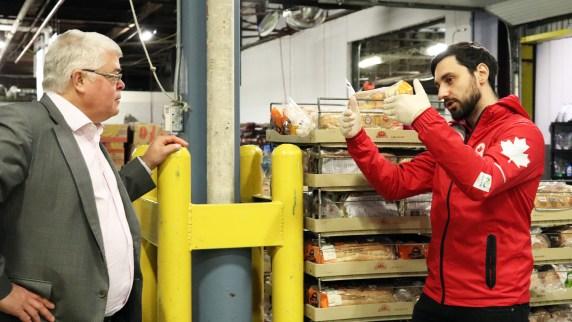 Joseph Polossifakis discute avec un membre de Moisson Montréal. (MOISSON MONTRÉAL/ALEXANDRA GRENIER)