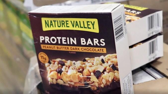 Barres protéinées Val Nature au beurre d'arachides et chocolat noir. (MOISSON MONTRÉAL/ALEXANDRA GRENIER)