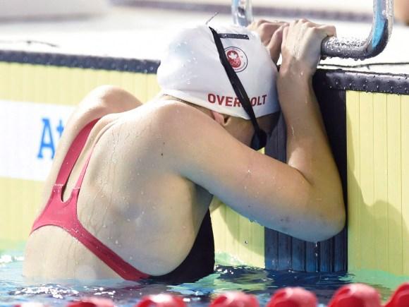 Emily Overholt s'accroche au bord de la piscine après avoir terminé une course