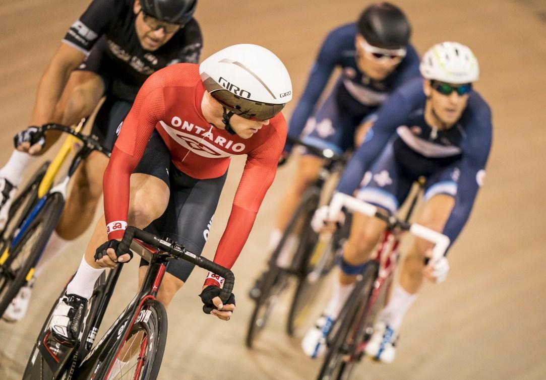 Vincent De Haître regarde derrière lui pendant une course en cyclisme sur piste