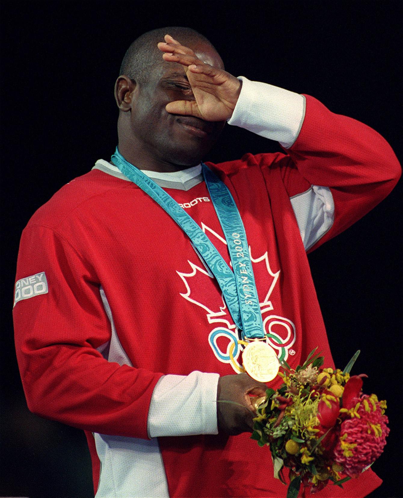 Daniel Igali essuie une larme alors qu'il vient de recevoir sa médaille d'or