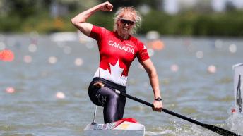 Laurence Vincent Lapointe lève le poing en l'air après avoir traversé la ligne d'arrivée d'une compétition de canoë de vitesse