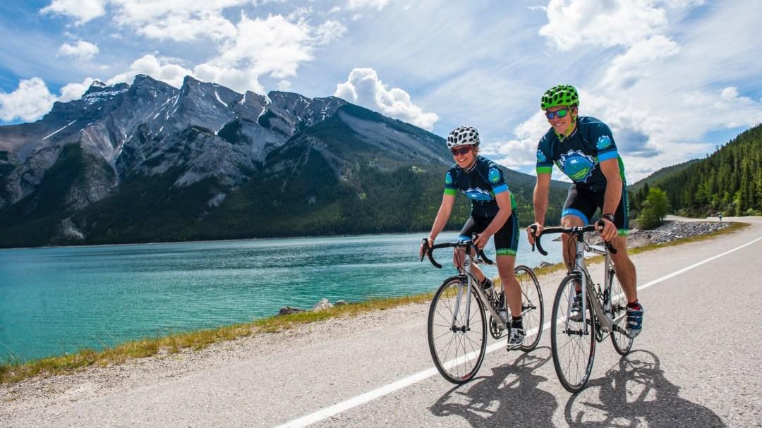 Deux cyclistes aux abords du Lac Louise, en Alberta.