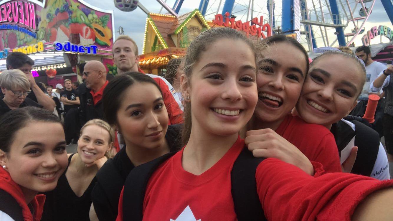 Ana Padurariu et l'équipe féminine de gymnastique.