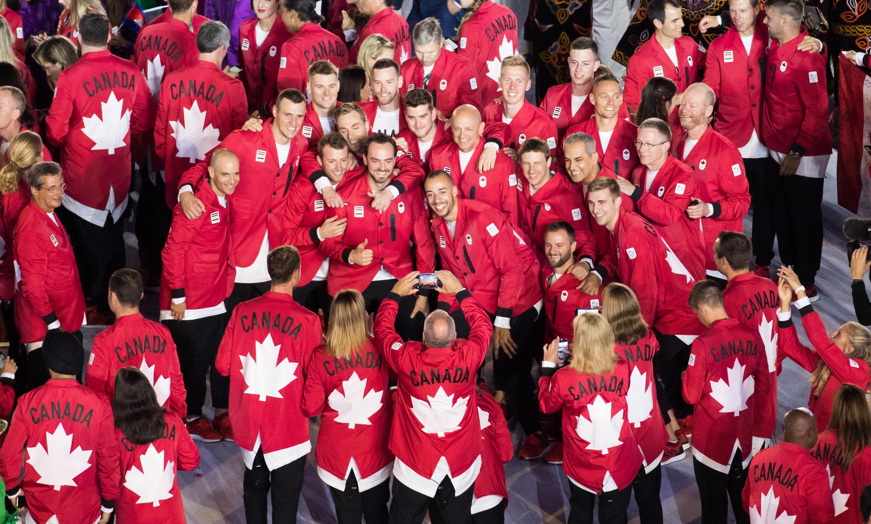 Des membres de l'équipe olympique canadienne se font prendre en photo lors de la cérémonie d'ouverture des Jeux de Rio 2016.