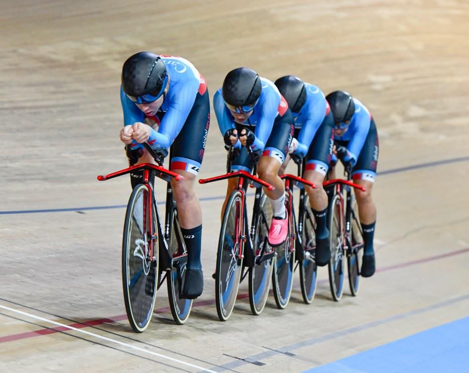 Des cyclistes sur la piste d'un vélodrome