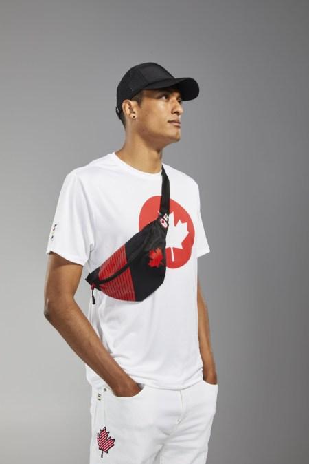 Pierce LePage porte un t-shirt, une casquette et un sac banane Équipe Canada