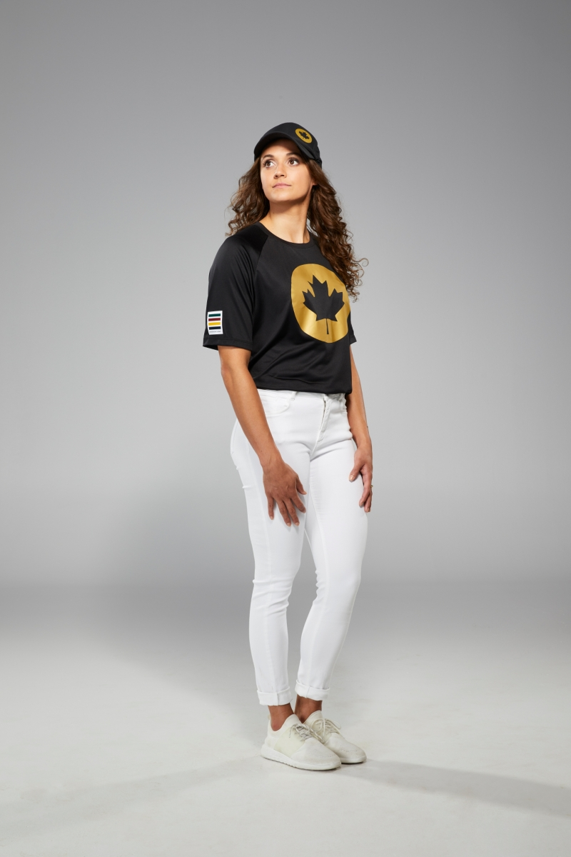 Kylie Masse porte un jeans blanc et un t-shirt noir