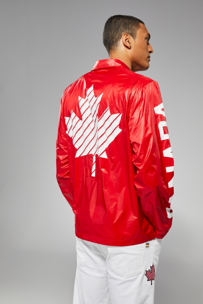 Pierce LePage porte un coupe-vent rouge avec des jeans blancs