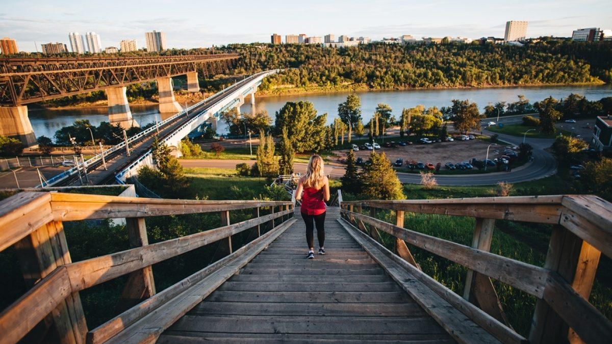 Un escalier donnant sur la rivière