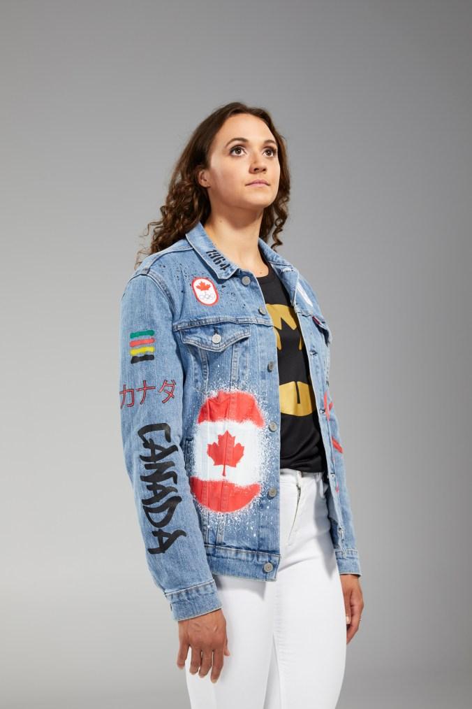 Kylie Masse porte une veste de jean Équipe Canada