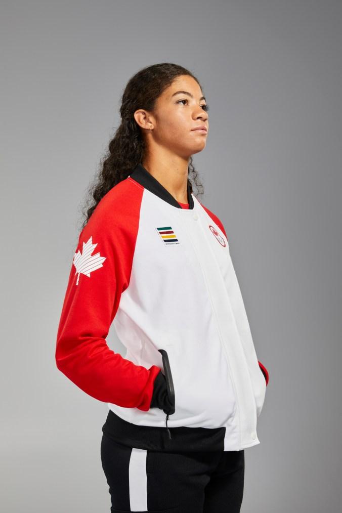 Sarah Douglas porte une veste Équipe Canada