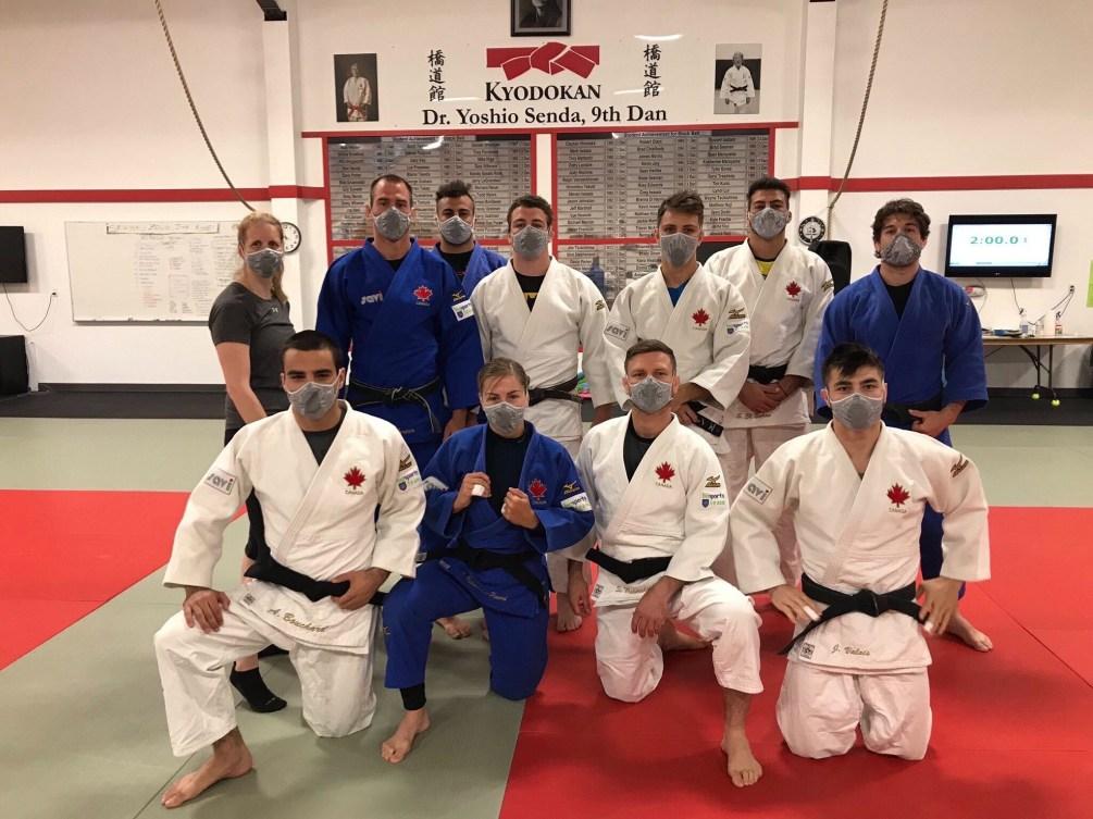 L'équipe canadienne de judo pose avec chacun leur masque.