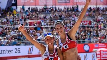 Deux joueuses de volleyball de plage sourissent avec les pouces en l'air