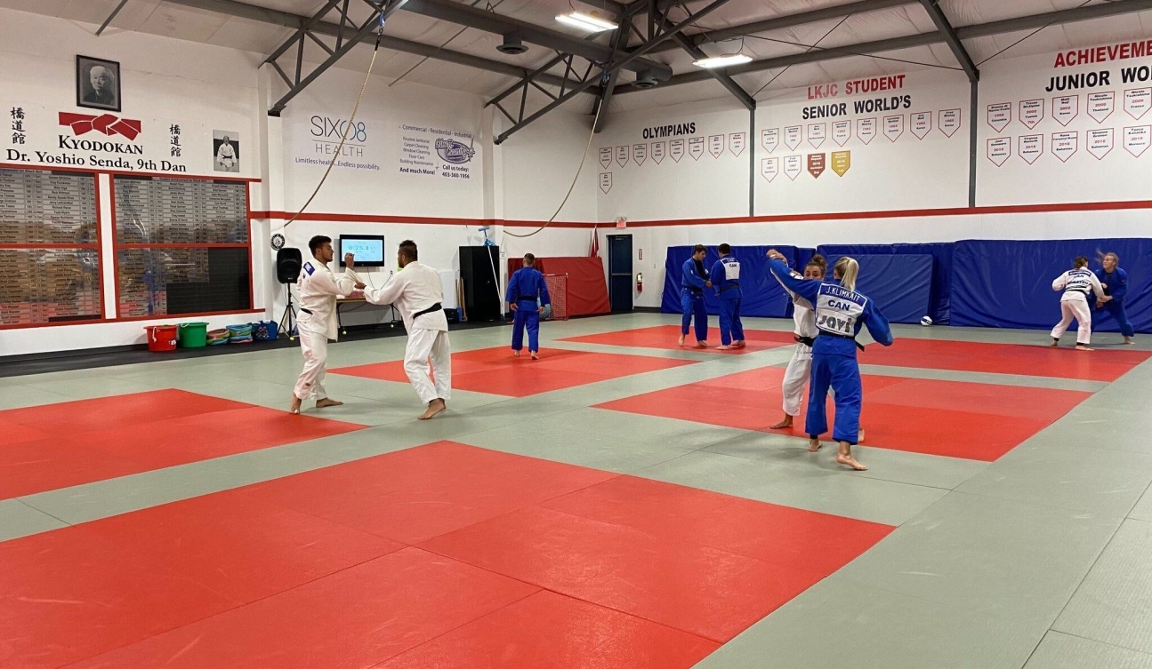 Des judokas canadiens s'entraînent sur le tatami
