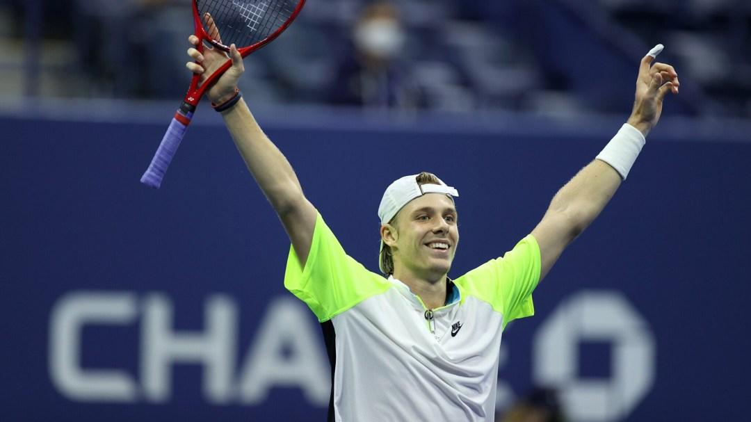 Denis Shapovalov célèbre, les mains levées au ciel