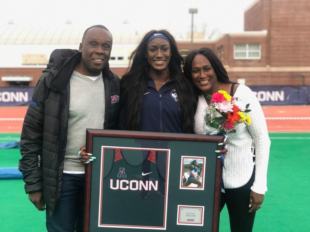 Katherine Surin pose avec ses deux parents